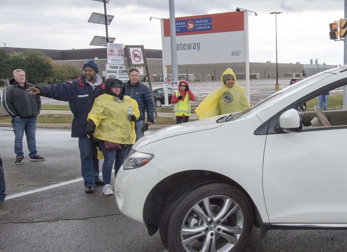 Canada Post workers hold second day of rotating strikes at plants in Toronto area