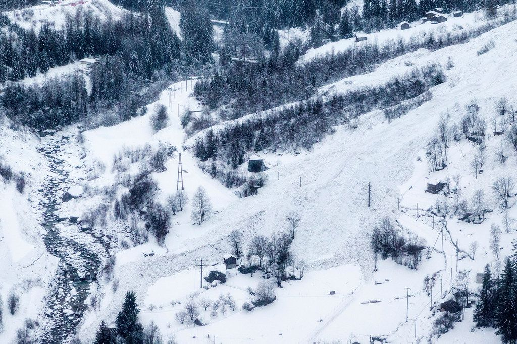 'Air bridge' for tourists resumes in snowbound Swiss town