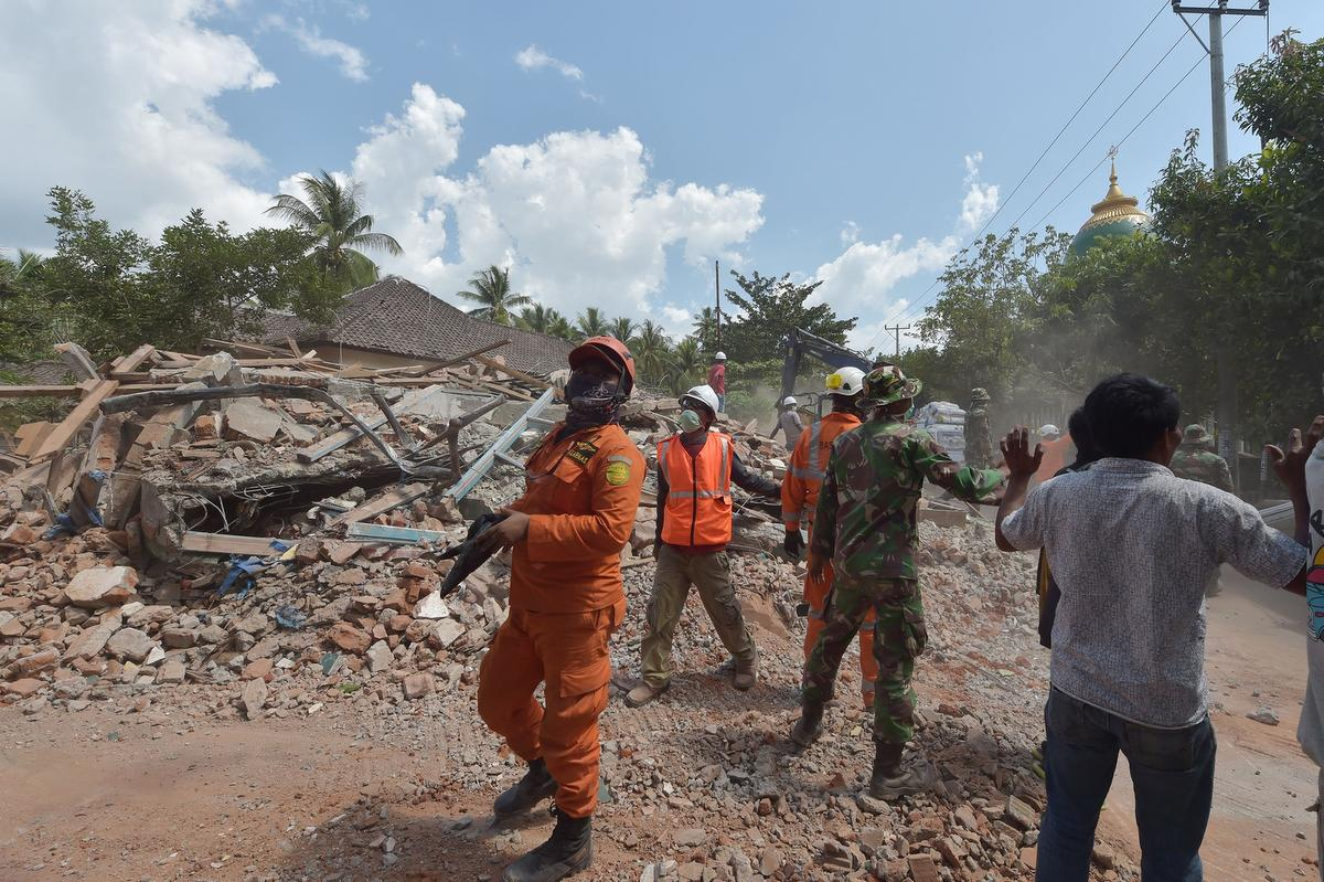 Third quake shakes Indonesian island of Lombok as death toll tops 300